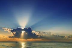 Красивое облако над морем и голубым небом стоковое фото rf