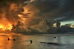 Красивое облако над морем и голубым небом Стоковые Фотографии RF