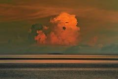 Красивое облако над морем и красным небом стоковое фото