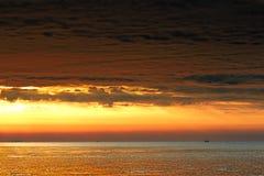 Красивое облако над морем и красным небом Стоковые Фото
