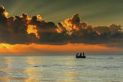Красивое облако над морем и красным небом стоковые фотографии rf