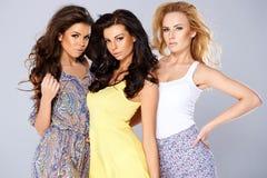 Красивое обольстительное трио молодых женщин Стоковые Изображения
