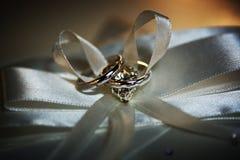 Красивое обручальное кольцо диаманта и обручальное кольцо человека Стоковое Изображение