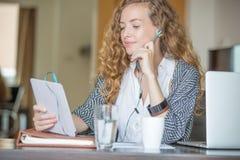 Красивое обучение по Интернетуу студента дела Стоковая Фотография