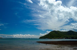 Красивое облако голубого неба горы моря в Таиланде Стоковые Изображения RF