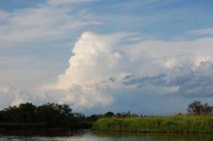 Красивое облачное небо над северным рекой Стоковая Фотография