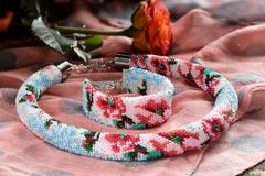 Красивое ожерелье с браслетом шарика стоковое фото rf
