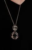 Красивое ожерелье над черным платьем Стоковая Фотография RF