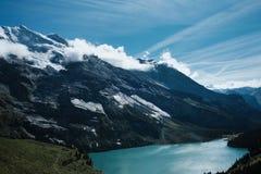 Красивое озеро бирюзы в горах Швейцарии стоковая фотография rf