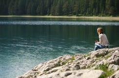 Красивое озеро в горах Стоковое Изображение