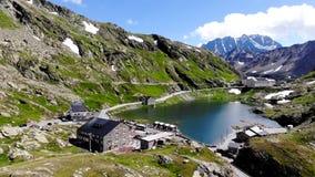 Красивое озеро в горных вершинах акции видеоматериалы