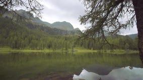 Красивое озеро в середине зеленых деревьев гор видеоматериал