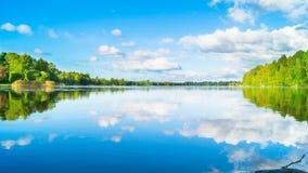 Красивое озеро в Финляндии на прекрасный день стоковое изображение rf