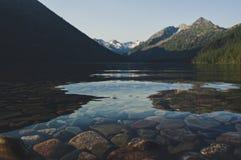 Красивое озеро горы с бирюзой Multinskoe Стоковая Фотография RF