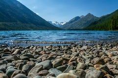 Красивое озеро горы с бирюзой Multinskoe Стоковые Фотографии RF