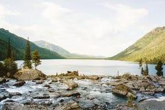 Красивое озеро горы с бирюзой Multinskoe Стоковое фото RF