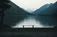 Красивое озеро горы с бирюзой Multinskoe Стоковое Изображение RF