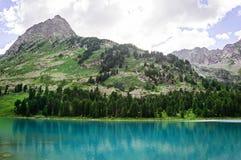 Красивое озеро горы с бирюзой Multinskoe Стоковые Изображения RF