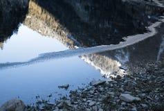 Красивое озеро горы artouste в горах рассвета восхода солнца отражая, Пиренеи, Франции Стоковые Изображения