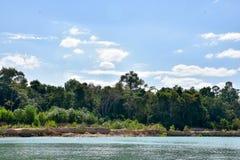 Красивое озеро и голубое небо Стоковые Изображения RF