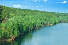Красивое озеро и зеленые деревья Стоковое Фото