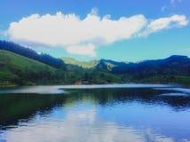 Красивое озеро и небо стоковые фотографии rf