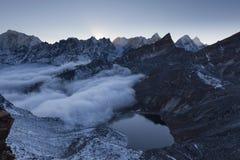 Красивое озеро морены и снежные горные пики Стоковые Изображения RF