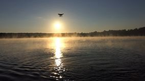 Красивое озеро на заходе солнца и трутень летая над им в slo-mo видеоматериал