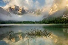 Красивое озеро на туманном утре, ландшафт гор природы стоковое изображение