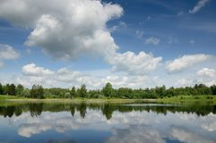 Красивое озеро с отражением неба Стоковое Фото