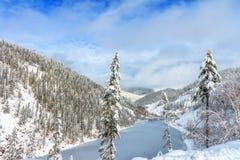 Красивое озеро Amut в холмах taiga на Дальнем востоке России в в начале октября Озеро гор в зиме красивейшая природа Стоковые Изображения RF