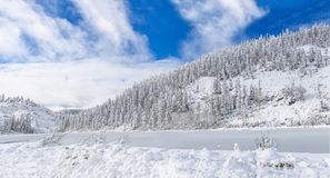 Красивое озеро Amut в холмах taiga на Дальнем востоке России в в начале октября Озеро гор в зиме красивейшая природа Стоковое фото RF