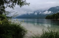 Красивое озеро Bohinj с облаками стоковое фото