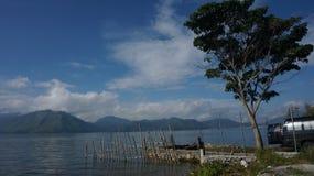 Красивое озеро Lut Tawar утр, гористые местности Gayo, центральный район Ачеха, Ачех, Индонезия стоковое фото