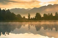 Красивое озеро Matheson воды зеркала в утре стоковые изображения