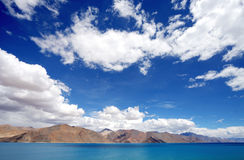 Красивое озеро Pangong с ясным небом, HDR стоковое изображение rf