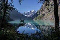 Красивое озеро Shavlinsky в утре Стоковые Изображения