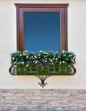 Красивое окно с цветочными горшками стоковая фотография