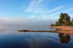 Красивое отражение на озере в туманном утре Стоковые Изображения RF
