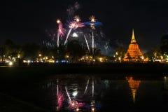 Красивое отражение фейерверка над старой пагодой Loy Krathong Festi стоковая фотография rf