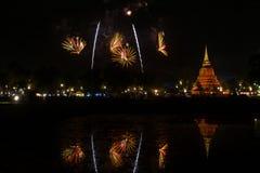 Красивое отражение фейерверка над старой пагодой Loy Krathong Festi стоковое фото rf