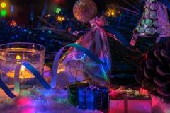 Красивое оформление Нового Года с свечами и гирляндой Стоковое фото RF