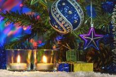 Красивое оформление Нового Года с свечами и гирляндой Стоковые Изображения RF