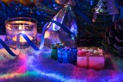 Красивое оформление Нового Года с свечами и гирляндой Стоковое Изображение