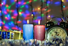 Красивое оформление Нового Года с свечами, часами и гирляндой Стоковая Фотография