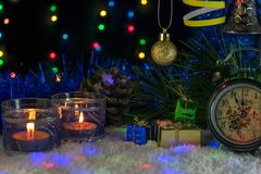 Красивое оформление Нового Года с свечами, часами и гирляндой Стоковое Изображение RF