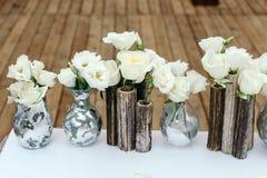 Красивое оформление на свадьбе Расположение белых цветков, в вазах reeds На поле предпосылки деревянном Стоковое фото RF