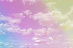 Красивое пастельное голубое небо и белая пасмурная предпосылка, небо заволакивают scape в ландшафте сельской местности Таиланда,  стоковые фото