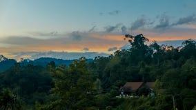 Красивое пастельное cloudscape захода солнца над джунглями Стоковое Изображение