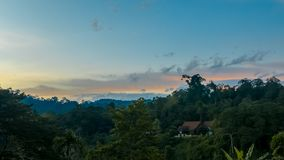 Красивое пастельное cloudscape захода солнца над джунглями Стоковые Фотографии RF